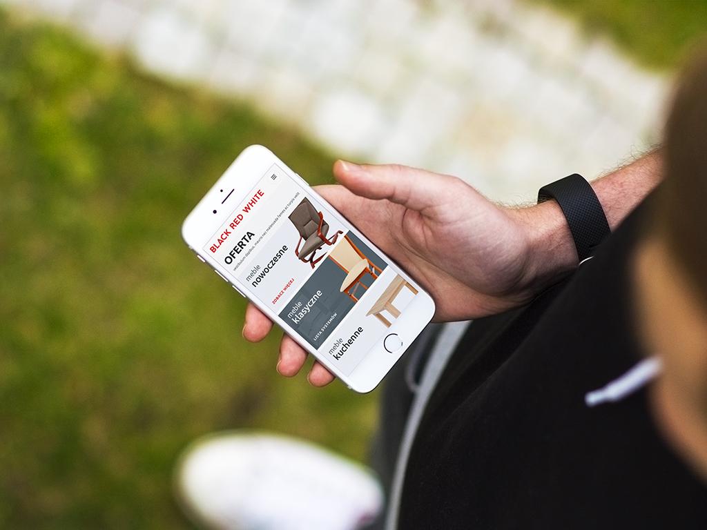 Strona www.meblebrw.p na ekranie smartfona